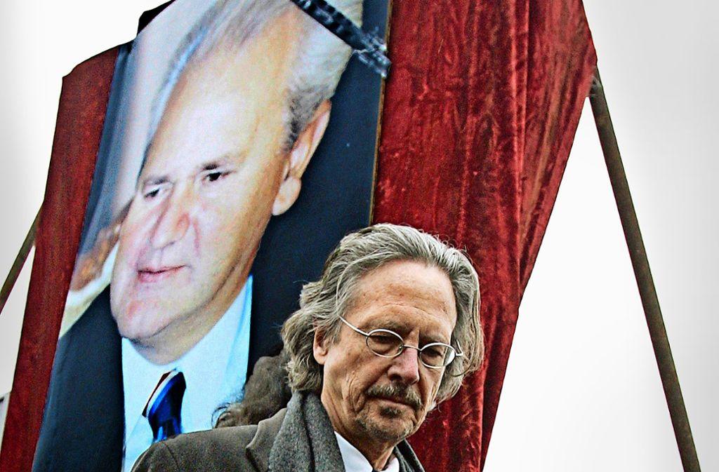 Kniefall vor einem Diktator? Peter Handke bei der Beerdigung des serbischen Präsidenten Slobodan Milosevic Foto: AP/Petar Pavlovic