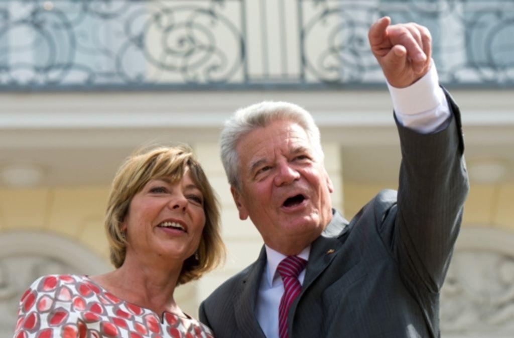 Ihr Lebensgefährte Joachim Gauck steht gerne im Mittelpunkt, sie selbst hält sich eher zurück: Seit zwei Jahren ist Daniela Schadt Hausherrin im Schloss Bellevue - ein Blick zurück! Foto: dpa