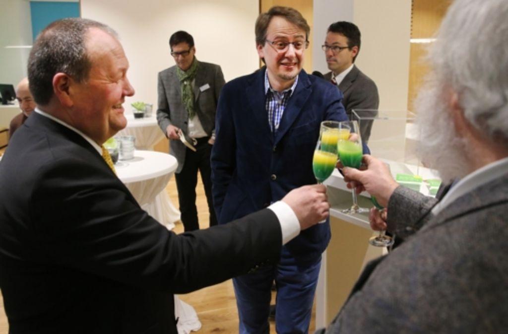 Stößchen: Finanzbürgermeister Michael Föll (Mitte) freut sich über 100 abgeschlossene Verträge am ersten Tag der neuen Stadtwerke. Foto: Achim Zweygarth