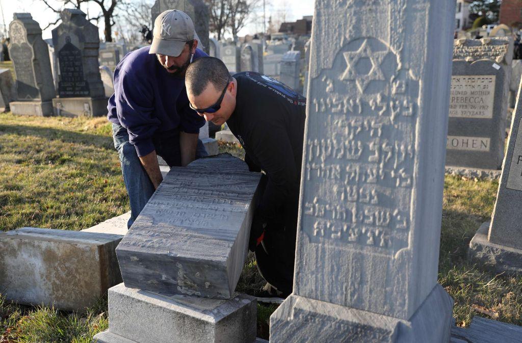Erneute Aufrichtung eines Grabsteins: Auf einem jüdischen Friedhof in Philadelphia wurden Gräber geschändet. Foto: AFP