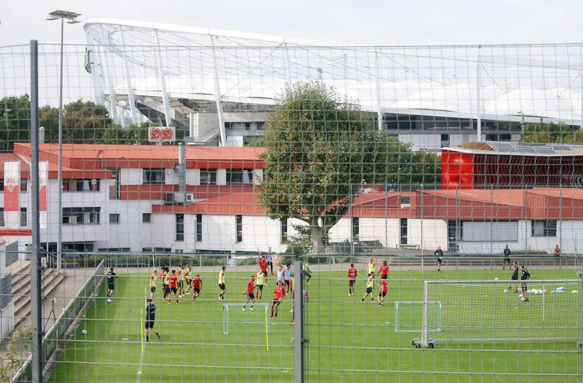 Aussicht auf Trainingsplatz, Geschäftsstelle und Stadion:  Der VfB Stuttgart beim Dienstags-Training. Foto: Baumann/Hansjürgen Britsch