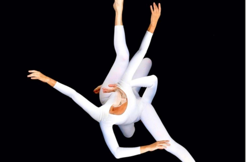 """Zwischen Schein und Sein: Katja Erdmann-Rajski zeigt ihr Tanztheaterstück """"Cantus firmus""""  derzeit im Theaterhaus. Die freien Ensembles sind auf das Entgegenkommen der festen Häuser angewiesen. Foto: Fotos: Kirchlechner, Dorrestein, privat (5)"""