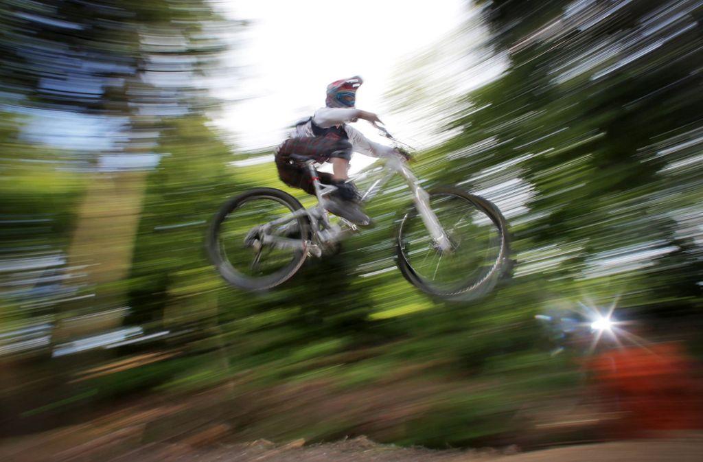Nur auf legalen Strecken sollte man  dem Mountainbike im Wald über schmale  Pfade  sausen und über Rampen  springen. (Symbolbild) Foto: /dpa/Fredrik von Erichsen