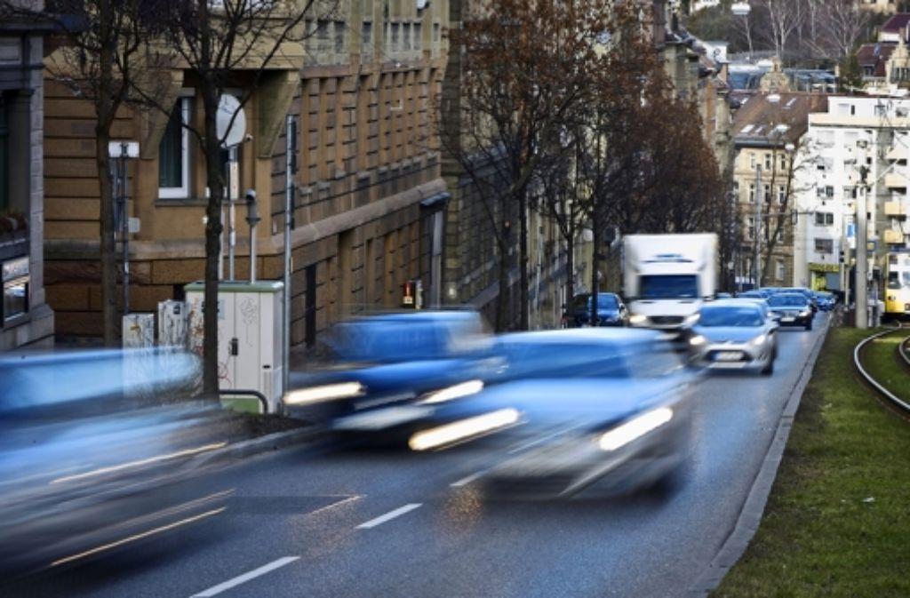 Der Verkehr der Hohenheimer Straße soll mehrere Tage lang durch Tempo-30-Zonen umgeleitet werden. Foto: Michael Steinert