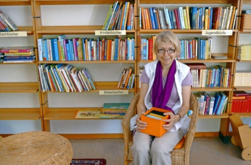 """Karin Bauer in der Bücherei, die stets zum """"treff.nord"""" geöffnet ist. Sie ist Teil der Planung zum neuen Familienzentrum. Foto: Fritzsche"""