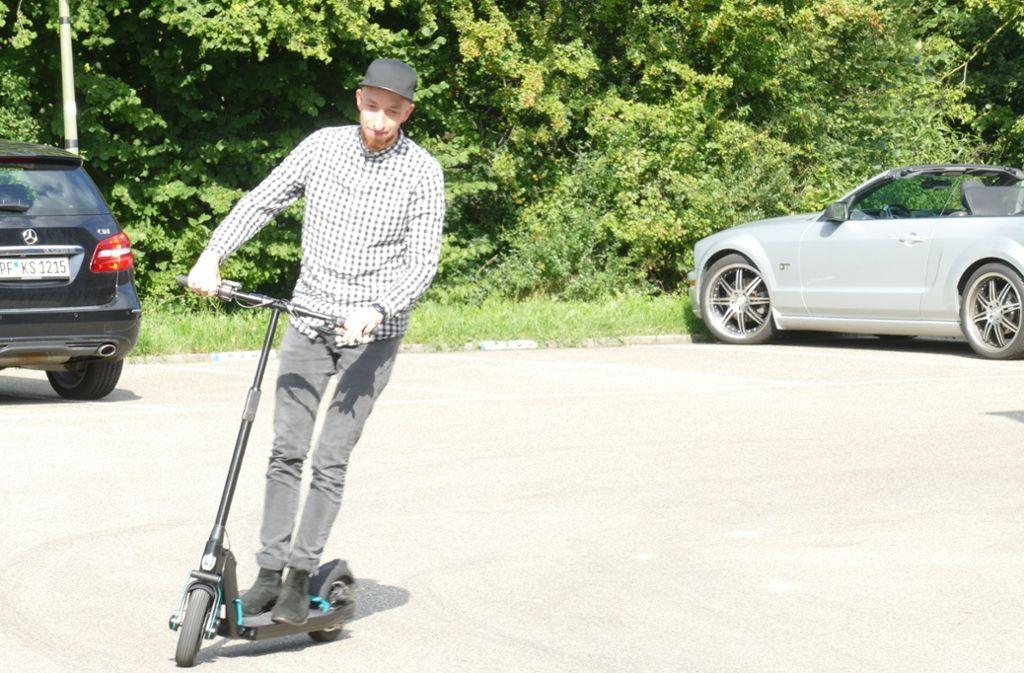 Dominik Neyer testet den E-Roller aus Leonberg. Foto: /