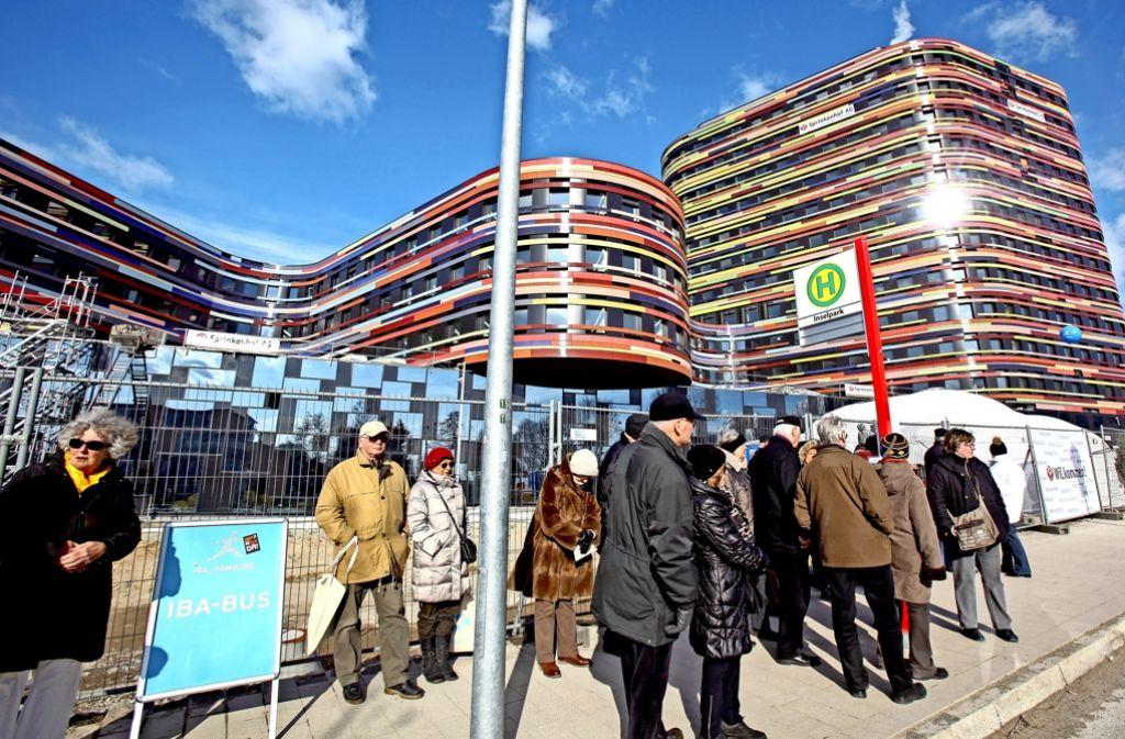 Im März 2013 warten Hamburger auf den Bus, der sie zu einem der mehr als 60 Projekte der Bauausstellung bringt. Auch die Region Stuttgart denkt an eine IBA. Foto: picture alliance