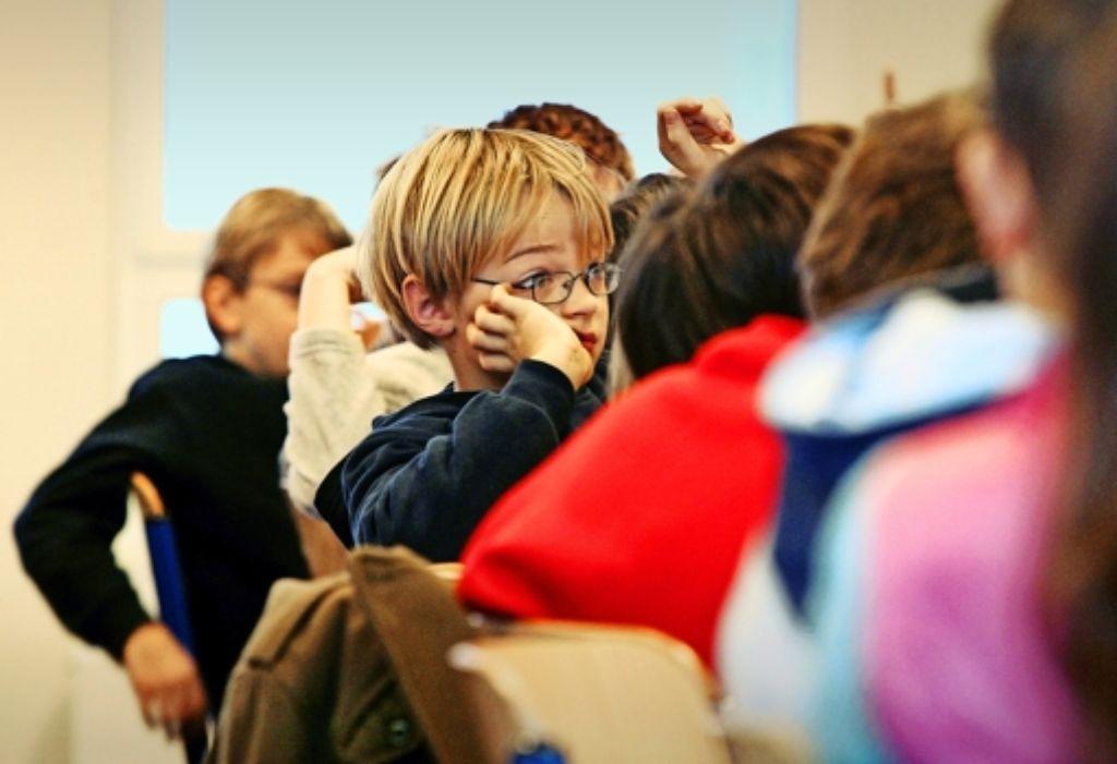 Der Lehrer spricht, und die Schüler hören zu und lernen – oder auch nicht. Das bewährte Rezept taugt nicht für jeden. Immer mehr Schulen im Land gehen neue Wege. Foto: dpa