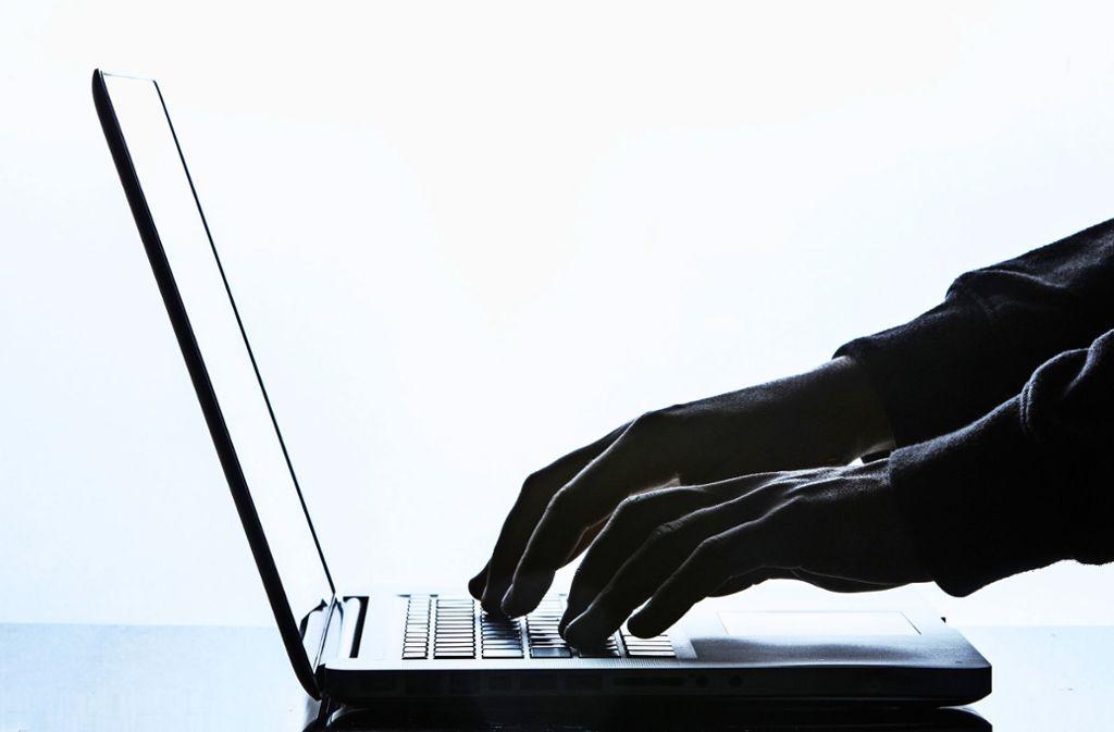 Die Polizei warnt vor Anrufen falscher IT-Spezialisten. Foto: Silas Stein/dpa