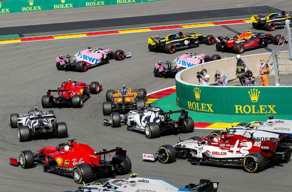 Die roten Ferraris wurden beim Großen Preis von Belgien vom großen Feld geschluckt, Sebastian Vettel wurde 13., Charles Leclerc gar nur 14. Foto: imago/Steven Tee