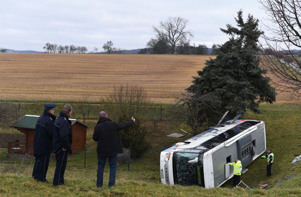 Die Polizei hat die Ermittlungen nach dem Schulbusunfall eingeleitet. Foto: dpa/Swen Pförtner