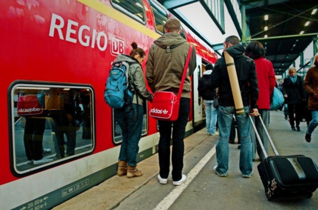 Auf geht's nach Lindau – Passagiere der Südbahn am Stuttgarter Hauptbahnhof. Foto: dpa