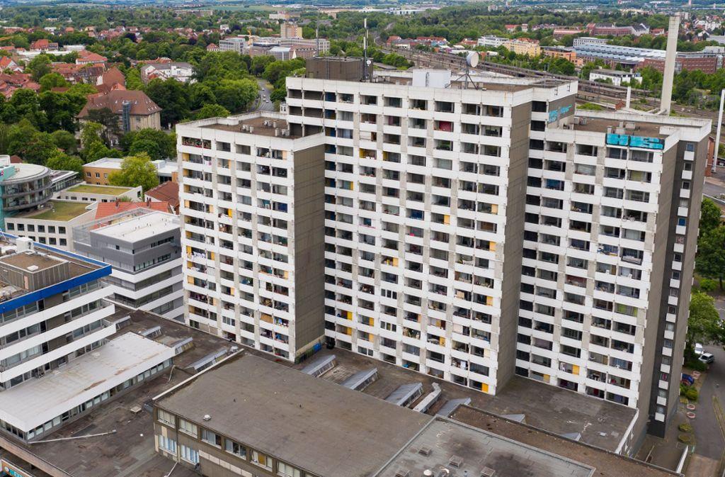 Bei mehreren größeren privaten Feiern haben sich in Göttingen mehrere Menschen mit dem neuartigen Coronavirus infiziert. Davon sollen viele in diesem Hochhauskomplex leben. Foto: dpa/Swen Pförtner