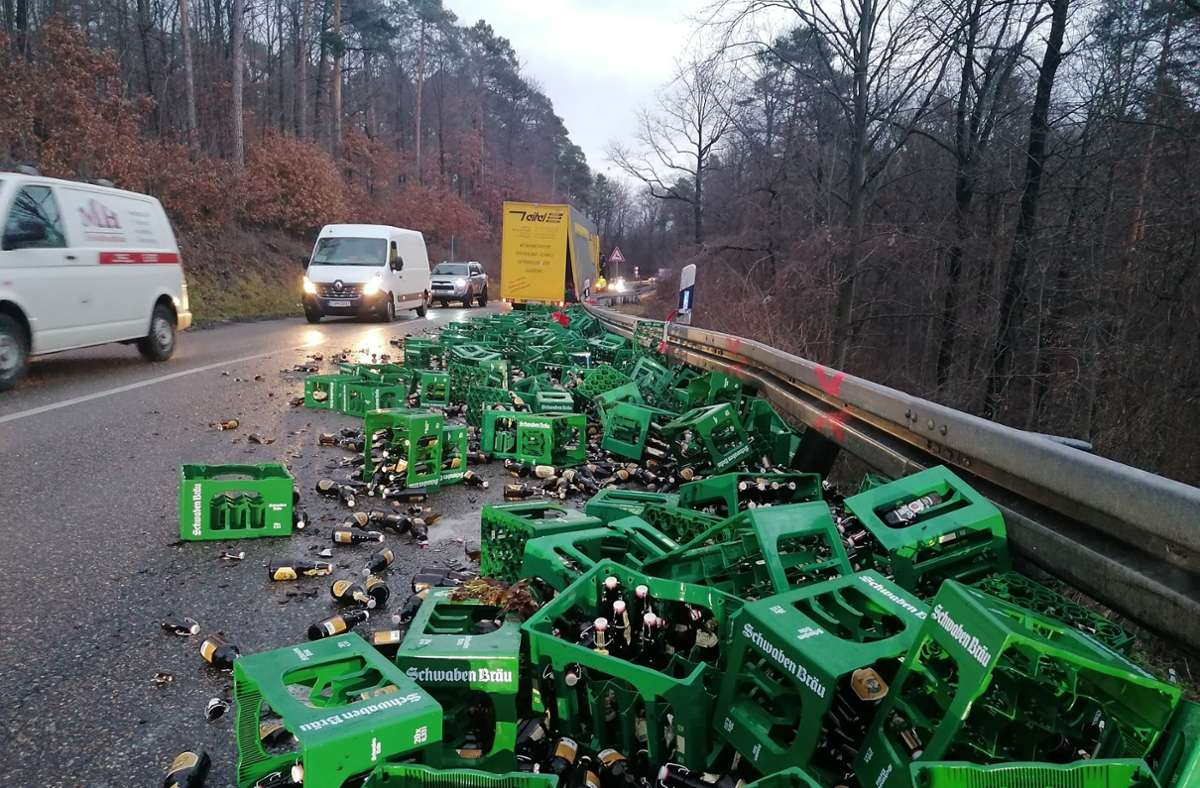 Der Lkw verlor eine beträchtliche Menge Bierkisten. Foto: Andreas Rosar/Fotoagentur Stuttgart