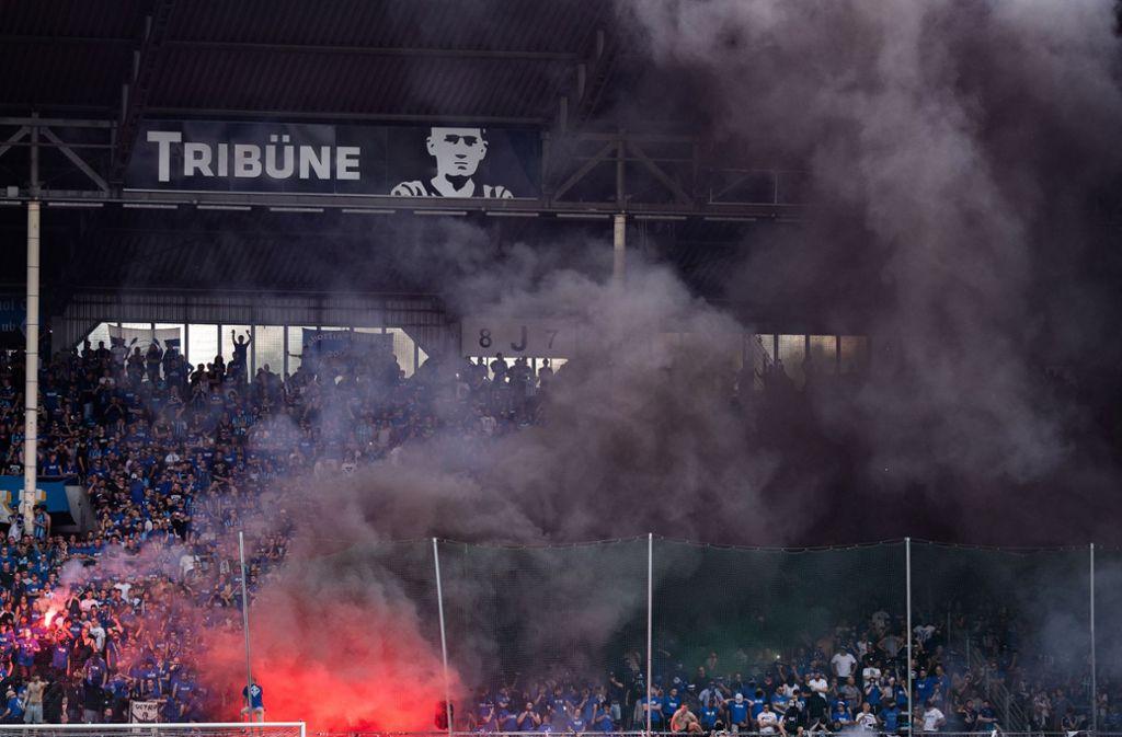 Fans von Waldhof Mannheim zünden beim Spiel gegen Uerdingen Rauchbomben. Foto: Bongarts