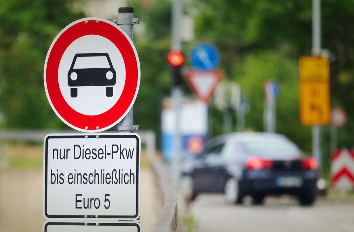 Seit Jahresbeginn gibt es schon Euro-5-Dieselfahrverbote auf einigen Straßen in Stuttgart. Weitere können folgen. Foto: dpa/Marijan Murat