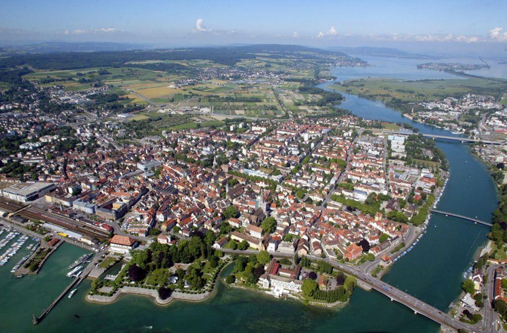 Auf dem Gebiet der linksrheinischen Altstadt von Konstanz gibt es kaum noch Lücken, dahinter beginnt die Schweiz und auch rechtsrheinisch wird jetzt die letzte Vorratsfläche bebaut. Dennoch Foto: dpa