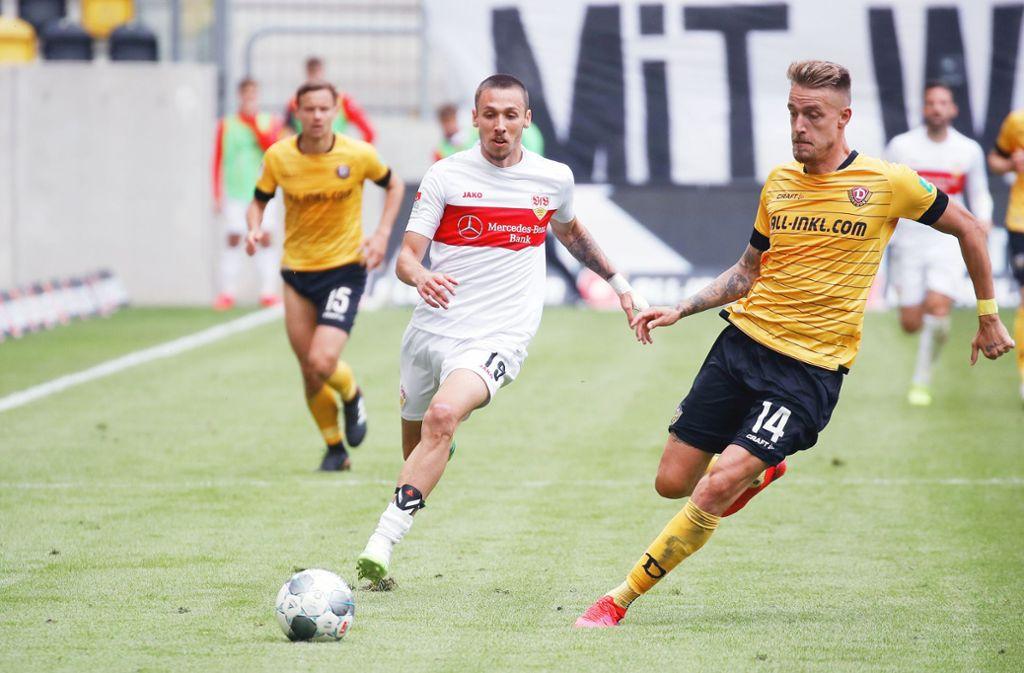 Voller Elan: Der VfB-Spieler Darko Churlinov (links) zieht an dem Dresdner Ondrej Petrak vorbei. Später erzielt der Außenstürmer sein erstes Zweitligator für die Stuttgarter.  Foto: Baumann Foto: