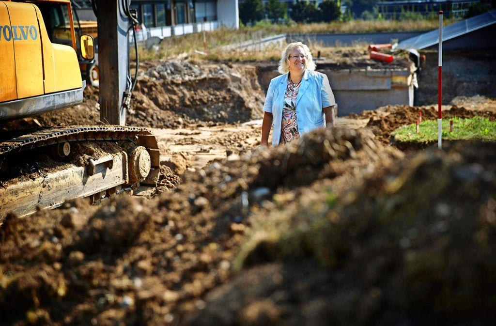 Die Schulleiterin Beate Löffler besichtigt die frisch eingerichtete Baustelle neben dem bestehenden Gebäude. Foto: Gottfried Stoppel