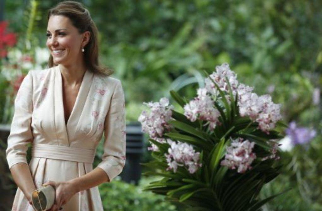 Singapur, 11. September: Passend zu ihrem Besuch im Orchideengarten trägt Kate ein zartrosa Kimono-Kleid mit Orchideenmuster. Entworfen hat das Outfit die Britin Jenny Peckham, die zu den Lieblingsdesignern der Herzogin gehört. Foto: AP