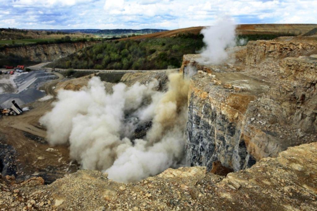 Mittels Sprengung wird der Kalkstein abgebaut. Foto: factum/Weise