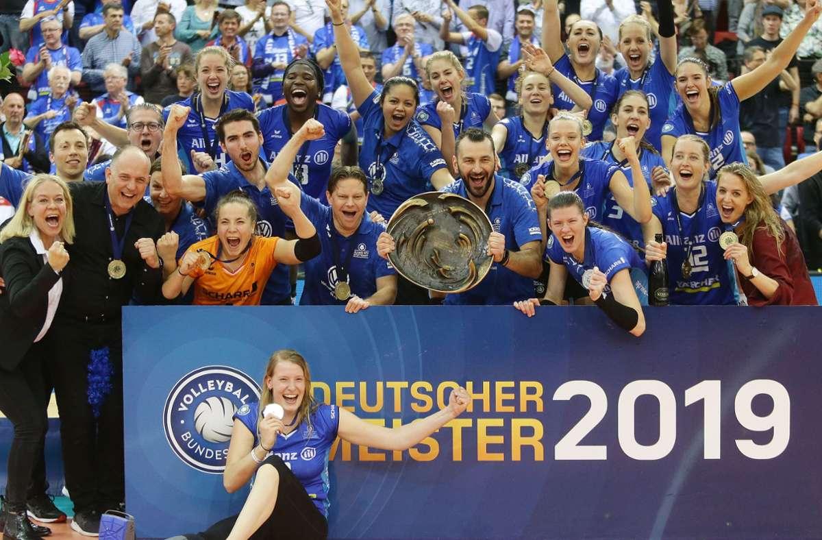 Endlich Meister: Das Team von Allianz MTV Stuttgart feiert am 11. Mai 2019 den Titelgewinn – in unserer Bildergalerie erinnern wir an die bisherigen fünf Endspielserien. Foto: Baumann
