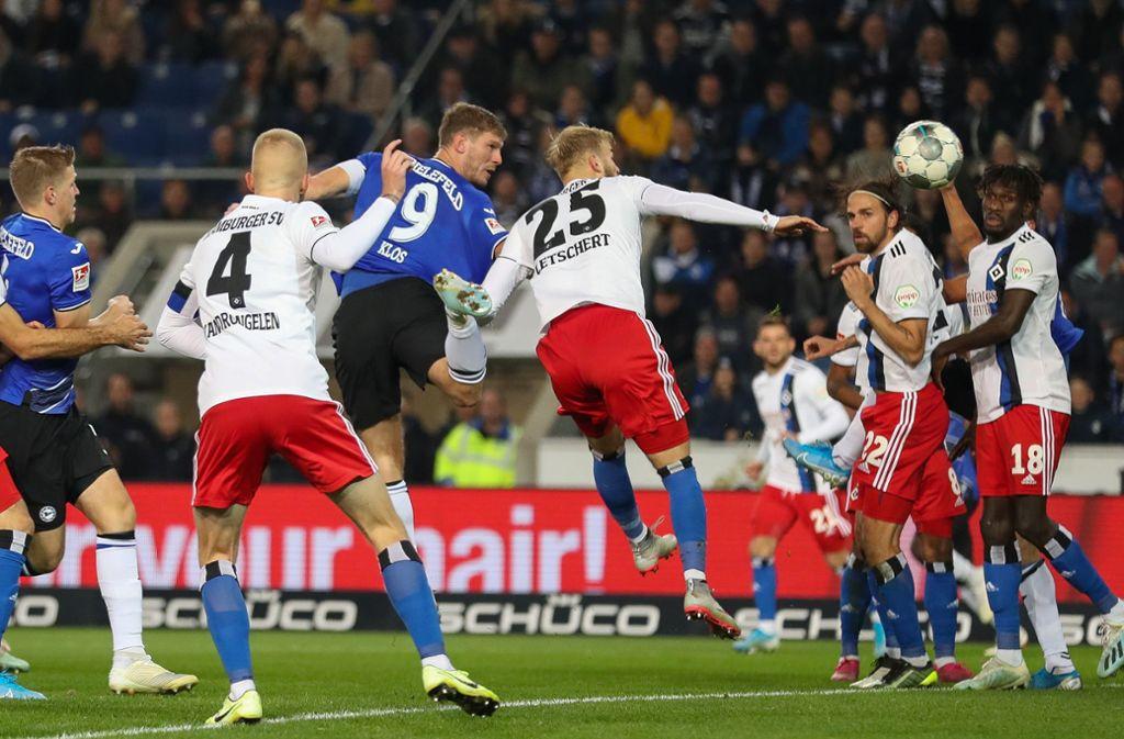 Fabian Klos (9) erzielt in der 50. Minute per Kopf den Ausgleich für Armina Bielefeld. Foto: dpa/Friso Gentsch