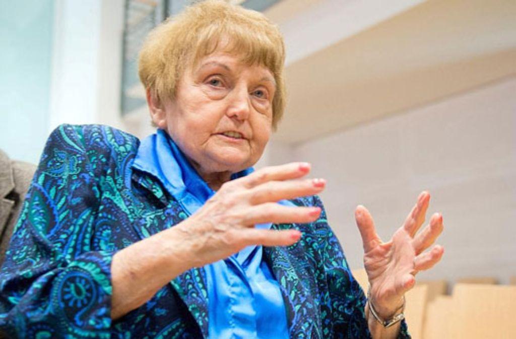 Die 81-jährige Auschwitz-Überlebende Eva Kor reichte dem früheren SS-Mann Oskar Gröning im Gerichtssaal die Hand. Foto: dpa