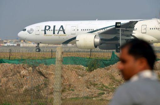 Passagierflugzeug stürzt  in Wohngebiet – Mehr als 100 Menschen an Bord