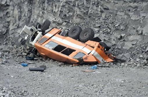 Bus mit Arbeitern stürzt acht Meter in die Tiefe - sechs Tote