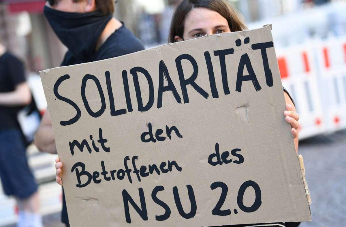 Eine Protestaktion zu der Affäre um rechtsextreme Drohschreiben Foto: dpa/Arne Dedert