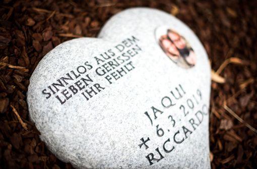 Eltern legen Gedenkstein für Unfallopfer nieder