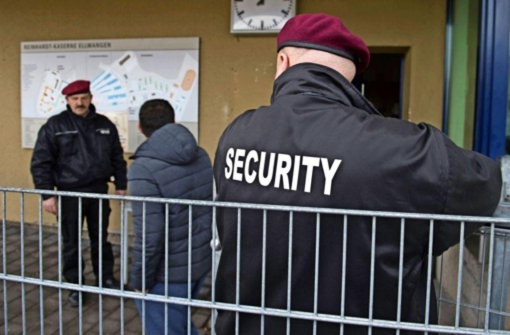 Security-Dienste  sollen in Flüchtlingsunterkünften für  Ordnung sorgen. Doch nun gibt Zweifel an der Seriosität einiger Dienste. Foto: dpa