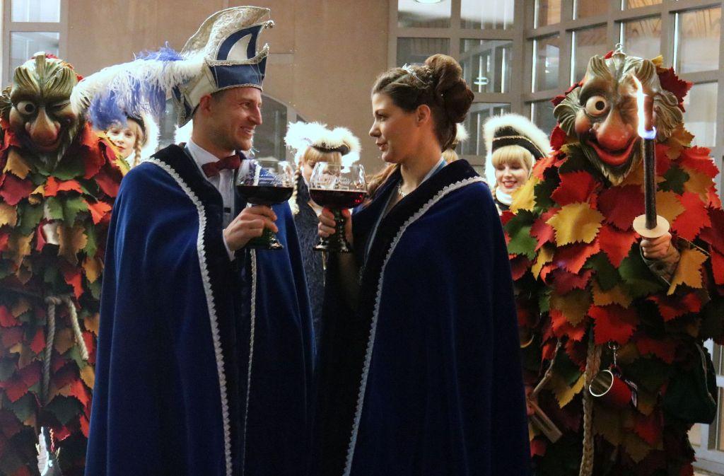 Ein Prosit auf die Kampagne: Das neue Prinzenpaar präsentiert sich erstmals. Foto: Eva Herschmann