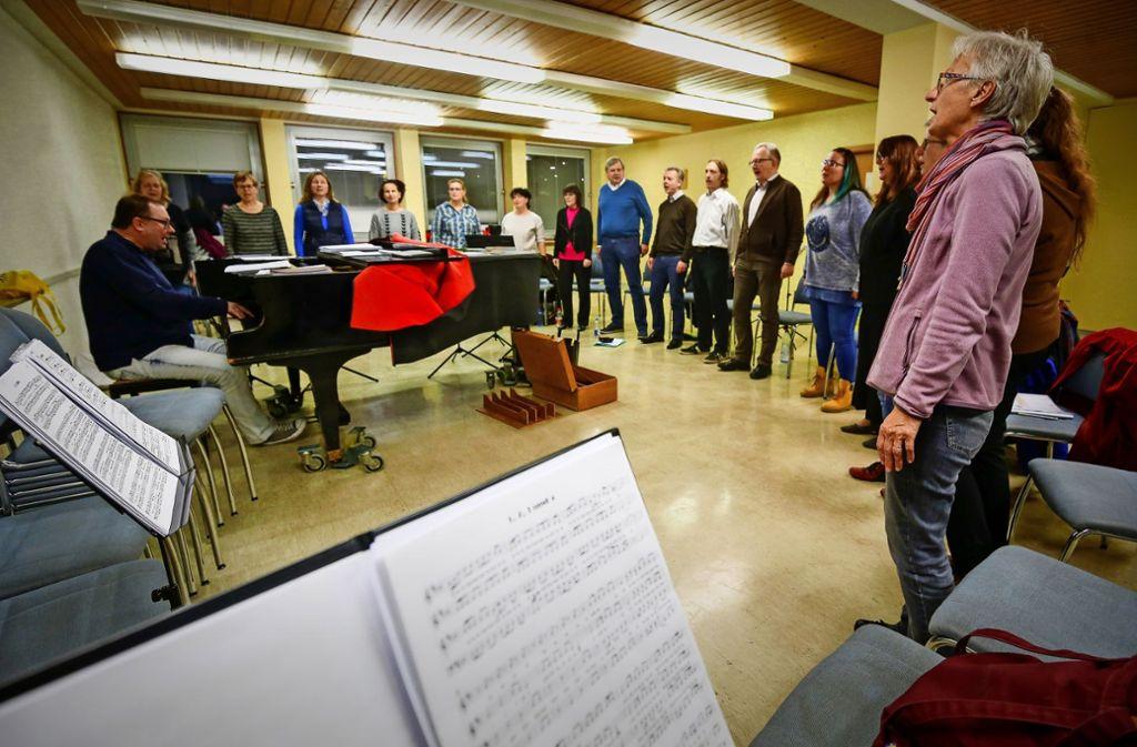 Für ihr Geburtstagskonzert haben Kai Müller  und sein Chor  TonArt ein Comedian-Harmonists-Überraschungspäckchen geschnürt. Foto: factum/Granville