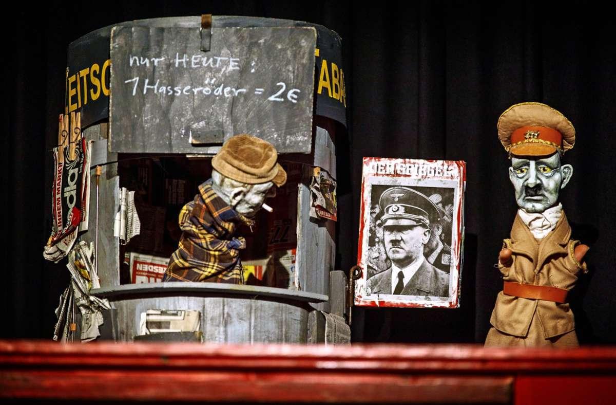 """Erstaunlich lebendig: """"Er ist wieder da"""", interpretiert vom Figurentheater Marotte aus Karlsruhe. Foto: Gottfried Stoppel"""