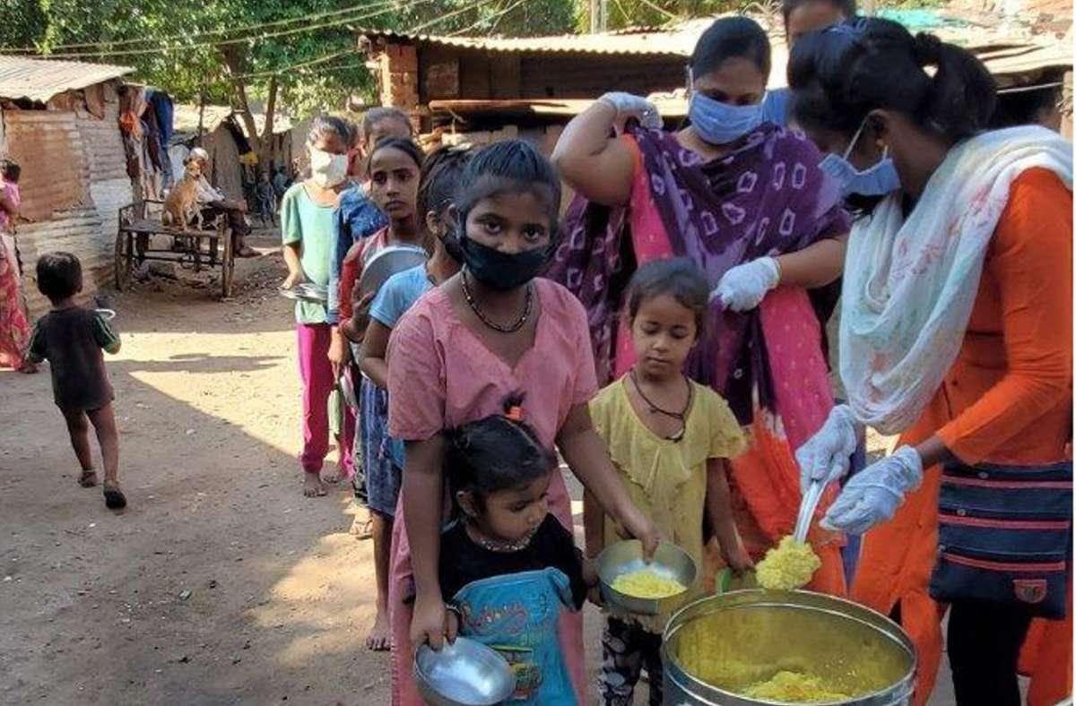 Für  Slumbewohner  der  Stadt  Anand organisiert der Verein derzeit Essen – sie haben wegen der Corona-Pandemie keinerlei Verdienstmöglichkeiten Foto: privat