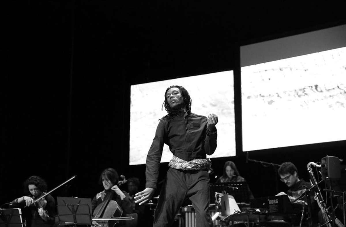 """Der kongolesische Tänzer und Choreograf Dorine Mokha bei einem Auftritt während des Esslinger Podium-Festivals, für das er in der Produktion """"Herkules von Lubumbashi"""" auf der Bühne stand. Foto: /Podium-Festival"""
