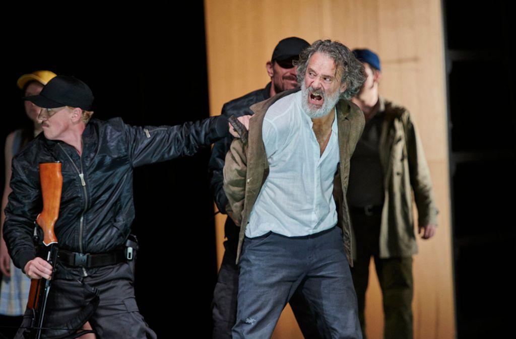 Wilhelm Tell (Gian Rupf) wird grundlos verhaftet von den Schergen des Vogts. Foto: Martin Sigmund