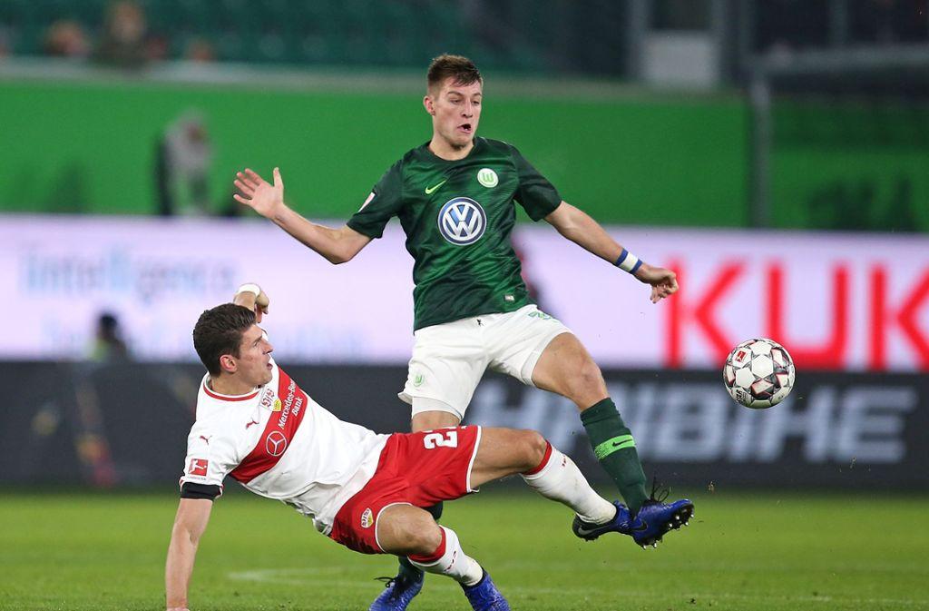 Mario Gomez im Zweikampf mit dem Wolfsburger Robin Knoche Foto: Pressefoto Baumann