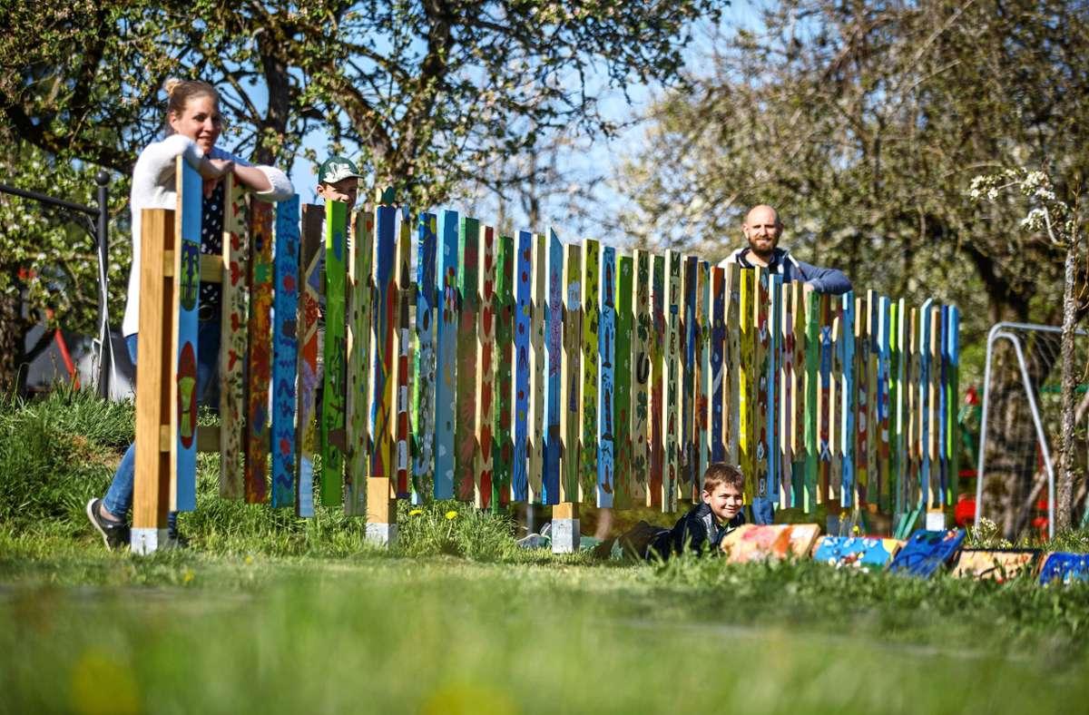 Der Zaun auf dem stillgelegten Bauernhof in der Schlossgasse in Adelstetten ist ein bunter Hingucker für Spaziergänger und dient auch ein bisschen als Sichtschutz für die Familie Leitner. Foto: Gottfried Stoppel