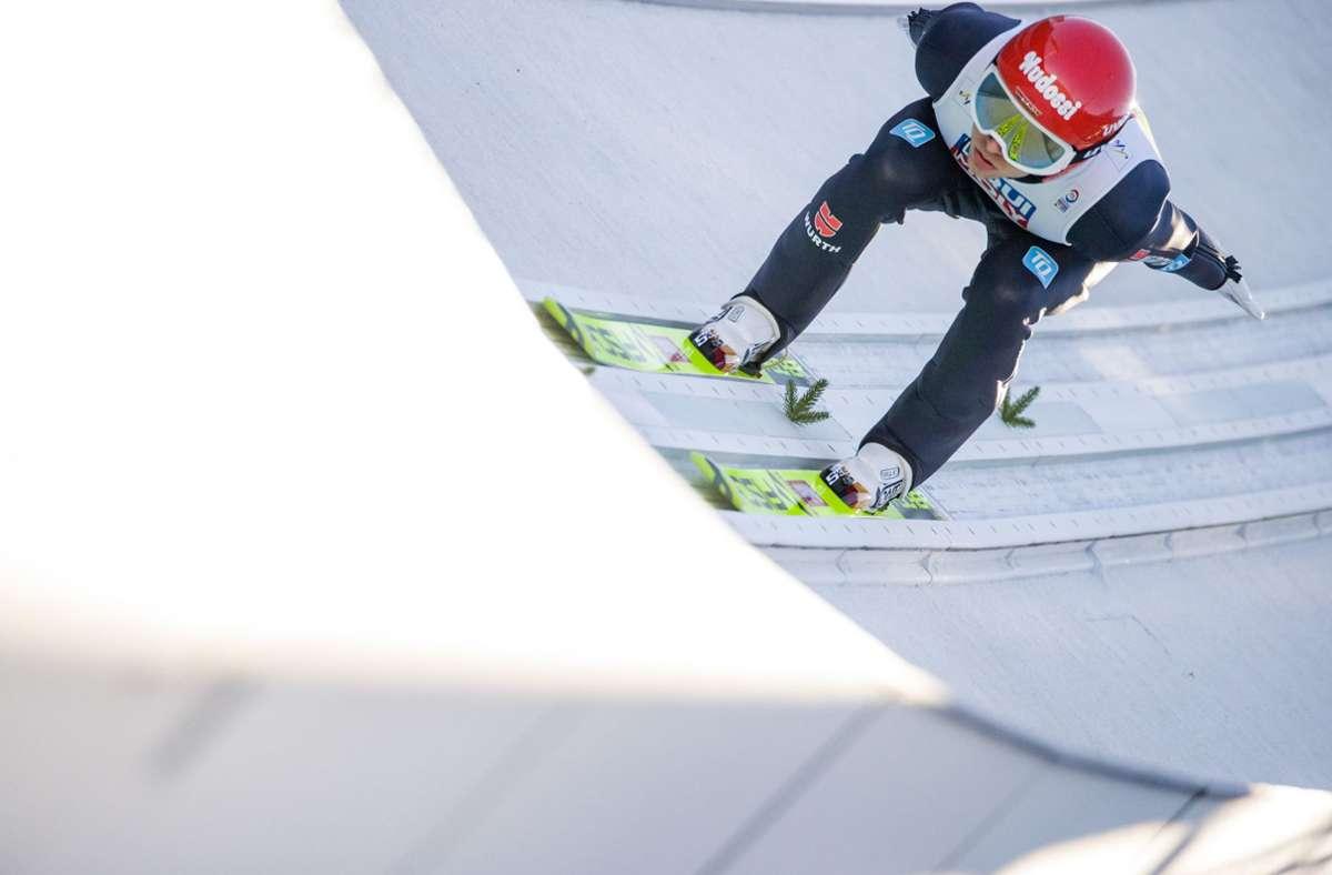 Terence Weber aus Deutschland bei der Normalschanze. Foto: dpa/Daniel Karmann