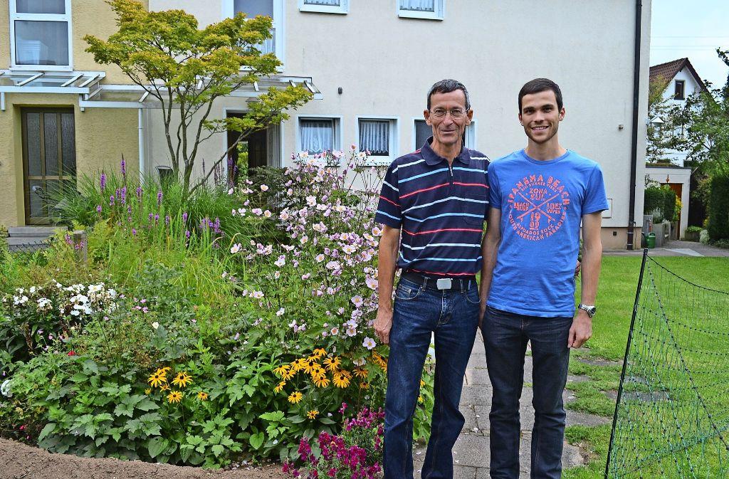 Der Garten von Klaus Wenzelburger (links) und seinem Sohn Philipp teilt sich in drei Bereiche: das Biotop mit Pflanzen und Teich, dem Gemüsegarten und dem Bereich für die Hühner und Hasen. Foto: Wiebke Wetschera