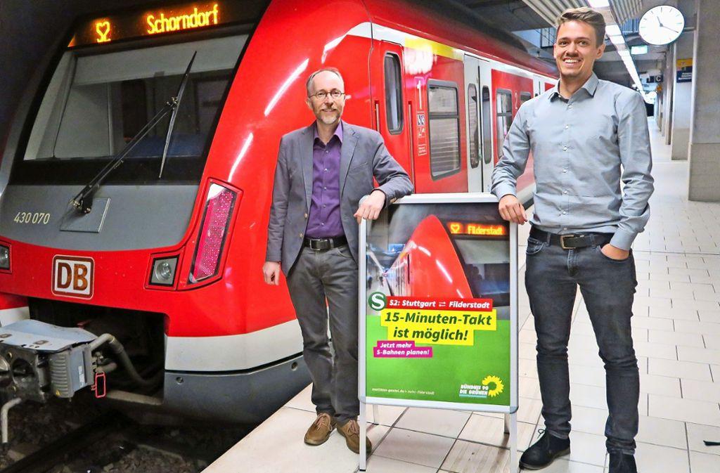 Daniel Glaser (rechts) hat seine Bachelorarbeit im Studiengang Verkehrsingenieurwesen über den eingleisigen Streckenabschnitt zwischen Flughafen und Filderstadt geschrieben. Glaser ist studentischer Mitarbeiter vom Bundestagsabgeordneten  Matthias Gastel. Foto: Malte Klein