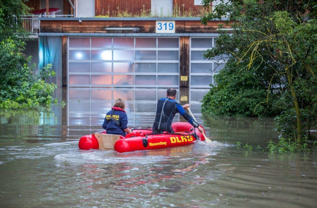 Rettungskräfte der DLRG versuchen, die Lage in Stuttgart-Hofen in den Griff zu bekommen. Foto: 7aktuell.de/Adomat