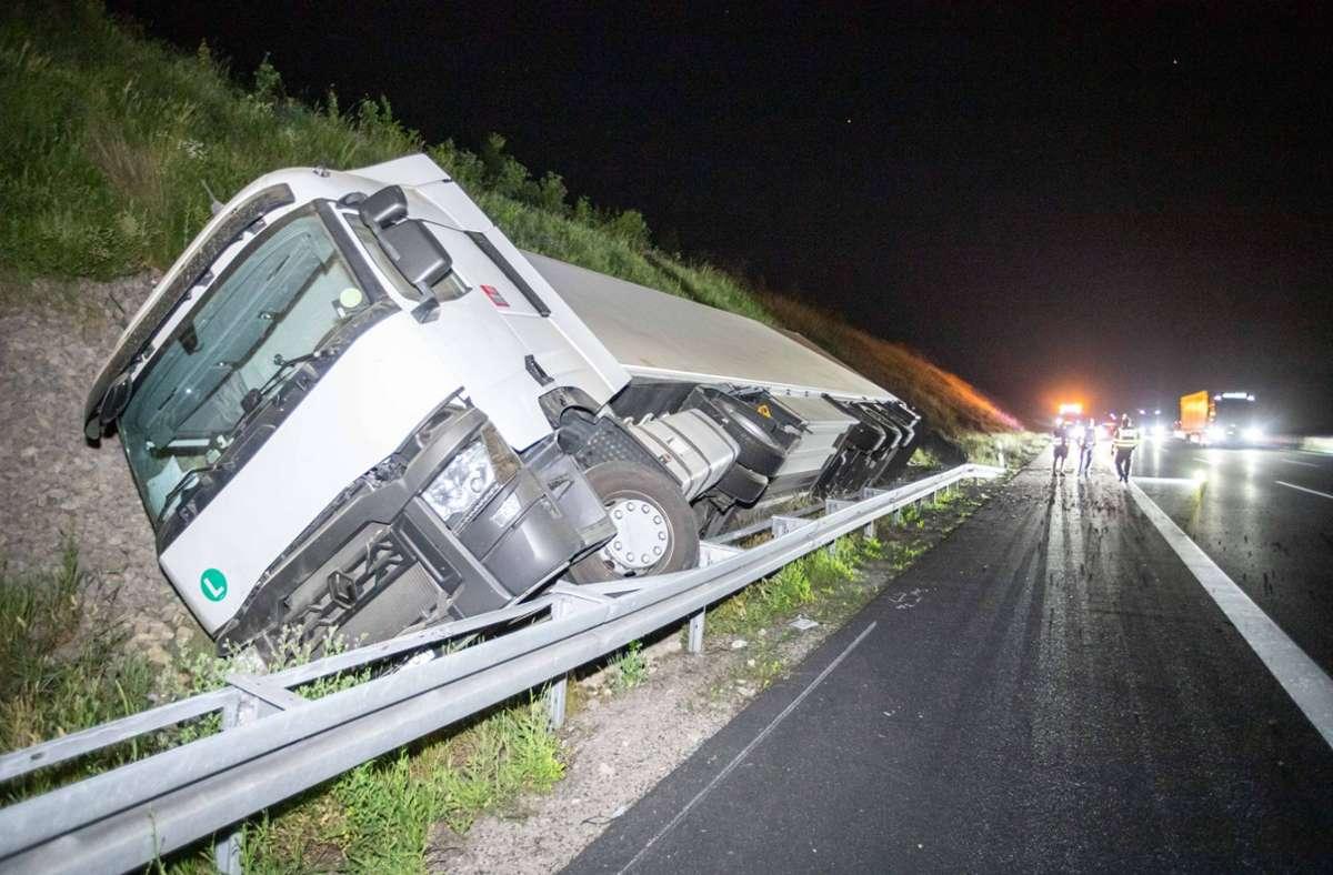 Der Lkw kippte in der Nacht zum Freitag auf der A8 bei Pforzheim um. Foto: 7aktuell.de/Simon Adomat/7aktuell.de | Simon Adomat