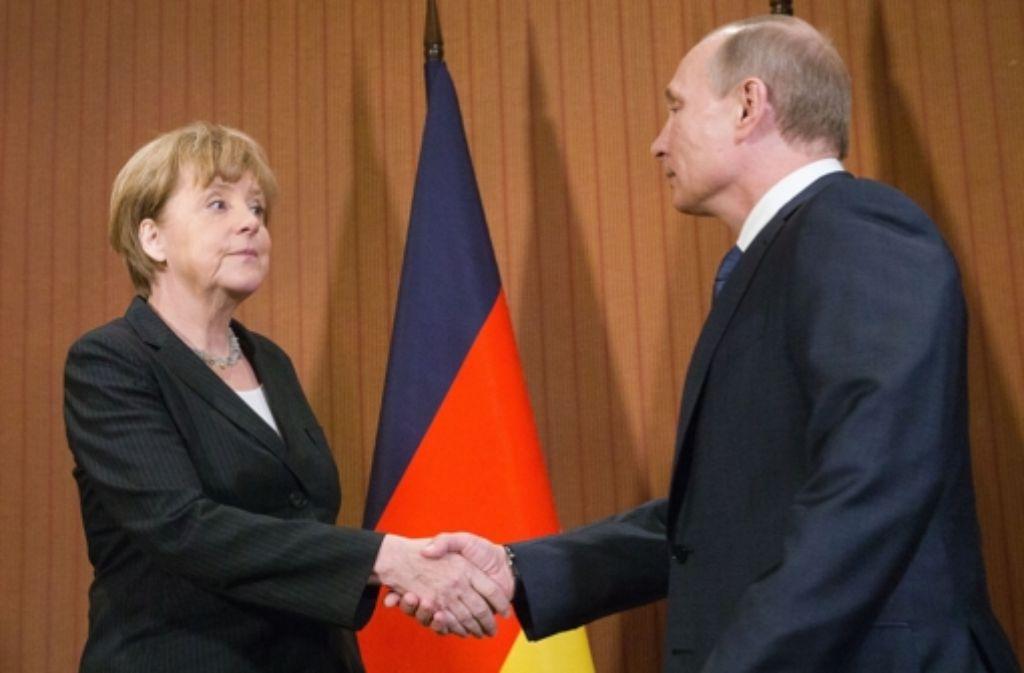 Treffen nach Monaten: Bundeskanzlerin Angela Merkel (CDU) schüttelt Russlands Präsident Wladimir Putin in Deauville die Hand. Foto: dpa