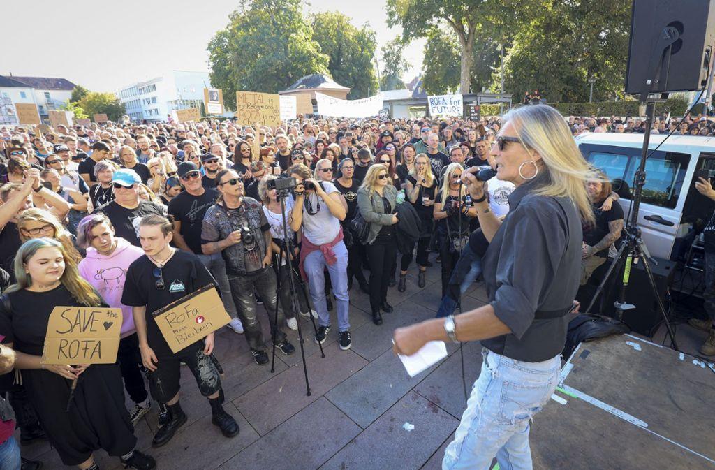 Rofa-Fans, so weit das Auge reicht: Am Samstag  haben die Anhänger der Rockfabrik dafür demonstriert, dass die Kult-Disco erhalten bleibt. Vorne rechts Organisator Götz Arnscheid. Foto: factum/Simon Granville