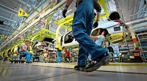 Für das Werk Sindelfingen hat Daimler hohe Investitionen zugesichert und im Gegenzug Kostensenkungen mit dem Betriebsrat vereinbart. Im Bild:  die Fertigung der S-Klasse. Foto: dpa