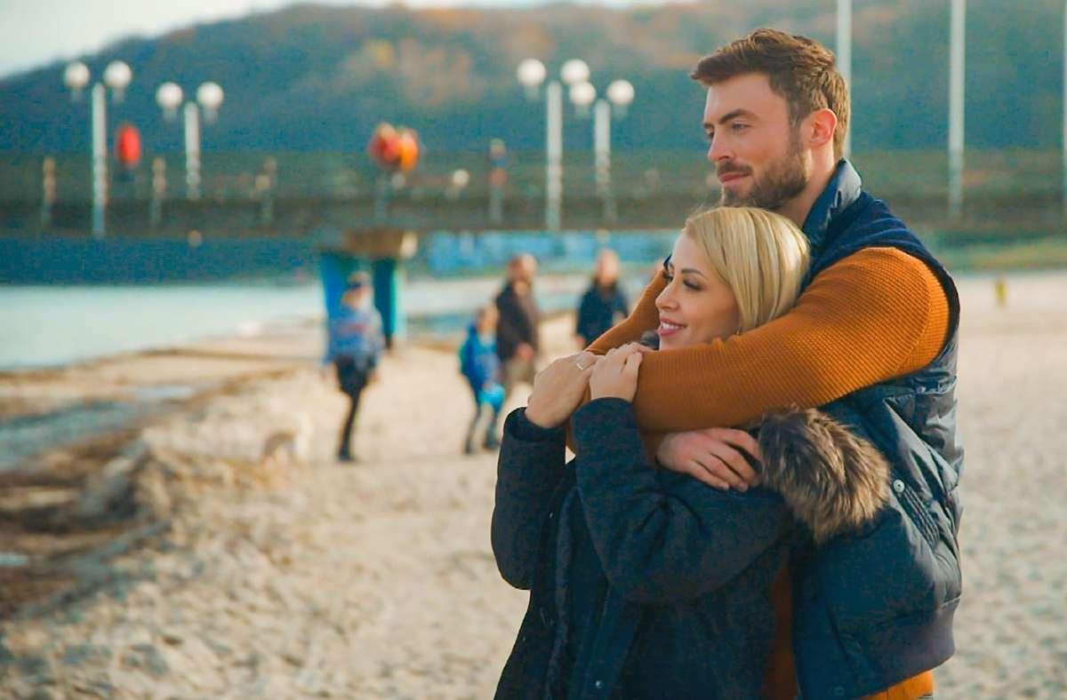 Denise genießt beim romantischen Einzeldate mit Niko den Blick auf das Meer. Foto: /RTL /TVNOW